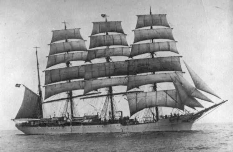 1907 Barque at sea